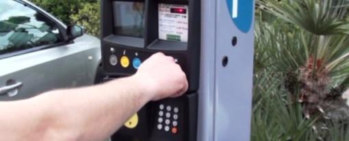 Strisce blu, parcheggio gratis se il parchimetro non ha il bancomat