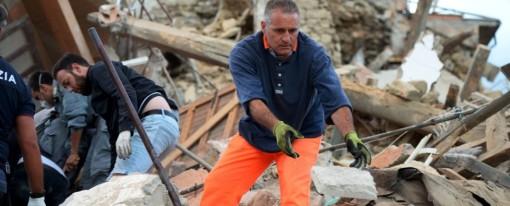 """Terremoto di magnitudo 6.0 devasta il centro Italia: morti. Il sindaco di Amatrice: """"Il paese non c'è più"""". Due bimbi salvati a Pescara del Tronto"""